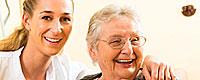 Plegerin und Patientin lachen gemeinsam